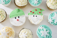 Cupcakes decorated with a winter theme 11047043029| 写真素材・ストックフォト・画像・イラスト素材|アマナイメージズ