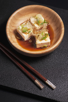 Hiyayakko (cold silk tofu, Japan) with bonito flakes, chives, grated ginger and soy sauce 11047044372| 写真素材・ストックフォト・画像・イラスト素材|アマナイメージズ