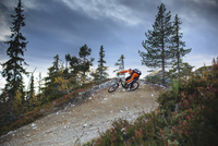 High angle view of biker riding mountain bike on hill against cloudy sky 11081011254| 写真素材・ストックフォト・画像・イラスト素材|アマナイメージズ