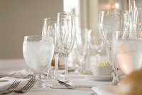 Various stemmed glasses and silver cutlery on white tablecloth 11084000318| 写真素材・ストックフォト・画像・イラスト素材|アマナイメージズ