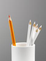 Orange pencil separated in cup with white pencils still life 11086021264| 写真素材・ストックフォト・画像・イラスト素材|アマナイメージズ