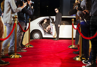 Bodyguard opening limousine for celebrity arriving at red carpet event 11086021282| 写真素材・ストックフォト・画像・イラスト素材|アマナイメージズ