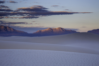Tranquil white sand dune and mountains at sunset, White Sands, New Mexico, United States 11086025656| 写真素材・ストックフォト・画像・イラスト素材|アマナイメージズ