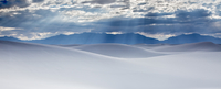 Sunbeams over tranquil white sand dunes, White Sands, New Mexico, United States 11086025660| 写真素材・ストックフォト・画像・イラスト素材|アマナイメージズ