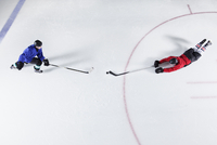 Overhead view hockey players diving for puck on ice 11086028004| 写真素材・ストックフォト・画像・イラスト素材|アマナイメージズ