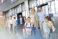 Family walking and running in airport concourse 11086029978| 写真素材・ストックフォト・画像・イラスト素材|アマナイメージズ