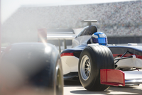 Formula one race car and driver in pit lane 11086033662| 写真素材・ストックフォト・画像・イラスト素材|アマナイメージズ
