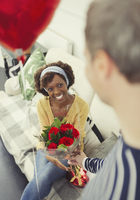 Husband giving Valentine's Day rose bouquet and balloon to wife 11086033820| 写真素材・ストックフォト・画像・イラスト素材|アマナイメージズ