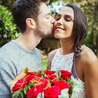 Affectionate man giving red rose bouquet to girlfriend, kissing her on cheek 11086034267| 写真素材・ストックフォト・画像・イラスト素材|アマナイメージズ