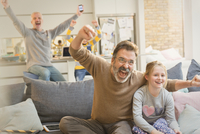 Male gay parents and children watching sports and cheering 11086034504| 写真素材・ストックフォト・画像・イラスト素材|アマナイメージズ
