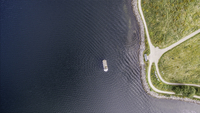 Overhead aerial view of cruise ship on rippled ocean along shore, Frederikssund, Denmark 11086034576| 写真素材・ストックフォト・画像・イラスト素材|アマナイメージズ