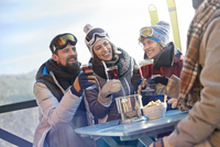 Skier friends drinking and eating at balcony table apres-ski 11086034593| 写真素材・ストックフォト・画像・イラスト素材|アマナイメージズ