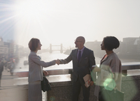 Silhouette business people handshaking on sunny urban bridge over Thames River, London, UK 11086035528| 写真素材・ストックフォト・画像・イラスト素材|アマナイメージズ