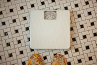 Person standing in front of bathroom scales 11087018185| 写真素材・ストックフォト・画像・イラスト素材|アマナイメージズ