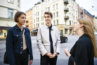 Sweden, Uppland, Stockholm, Kungsholmen, Young people talking in street 11090020292| 写真素材・ストックフォト・画像・イラスト素材|アマナイメージズ