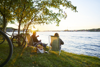 Sweden, Sodermanland, Nacka, Couple sitting on deckchair and relaxing 11090020320| 写真素材・ストックフォト・画像・イラスト素材|アマナイメージズ