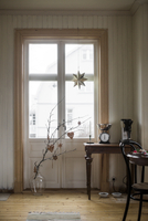 Sweden, Domestic room with branch in vase 11090020524| 写真素材・ストックフォト・画像・イラスト素材|アマナイメージズ