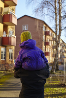 Sweden, Sodermanland, Stockholm, Johanneshov, Hammarbyhojden, Rear view of mid adult woman carrying son (2-3) 11090020703| 写真素材・ストックフォト・画像・イラスト素材|アマナイメージズ