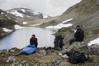 Norway, Backpackers planning trip and looking at Jotunheimen 11090020917| 写真素材・ストックフォト・画像・イラスト素材|アマナイメージズ