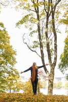 Sweden, Sodermanland, Stockholm, Sodermalm, Langholmen, Rear view of woman in autumn park 11090021020| 写真素材・ストックフォト・画像・イラスト素材|アマナイメージズ