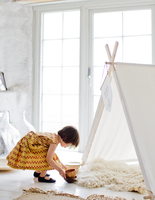 Sweden, Girl (4-5) playing next to tent at home 11090021261| 写真素材・ストックフォト・画像・イラスト素材|アマナイメージズ