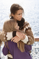 Sweden, Sodermanland, Portrait of mother and daughter embracing on cruise ship 11090021993| 写真素材・ストックフォト・画像・イラスト素材|アマナイメージズ