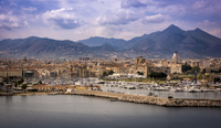 Italy, Sicily, Palermo, Waterfront of island city and mountains in background 11090022146| 写真素材・ストックフォト・画像・イラスト素材|アマナイメージズ