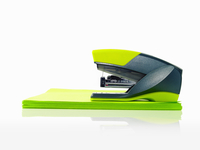 A blue and green plastic stapler, and green post it notes.  11093002531| 写真素材・ストックフォト・画像・イラスト素材|アマナイメージズ