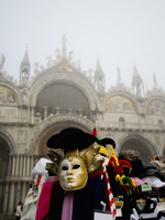 Piazza San Marco and the Basilica San Marco. A stall selling carnival masks and hats.  11093005003| 写真素材・ストックフォト・画像・イラスト素材|アマナイメージズ