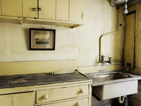 An old fashioned kitchen sink and cupboards. 11093005363| 写真素材・ストックフォト・画像・イラスト素材|アマナイメージズ