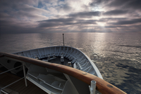 View across the ocean from the bow of a cruise ship at dawn. 11093005796| 写真素材・ストックフォト・画像・イラスト素材|アマナイメージズ