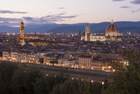 The historic buildings in Florence at dusk. 11093005813| 写真素材・ストックフォト・画像・イラスト素材|アマナイメージズ