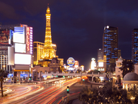 View along the Strip in Las Vegas at night, with the illuminated Paris Las Vegas Hotel and Casino in the background. 11093005829| 写真素材・ストックフォト・画像・イラスト素材|アマナイメージズ