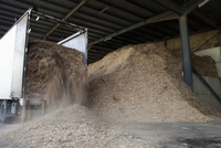 Stored organic waste being poured from a lorry into a large warehouse for biomass fuel 有oduction. 11093006677| 写真素材・ストックフォト・画像・イラスト素材|アマナイメージズ