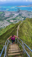 Woman on the Stairway to Heaven, Oahu, Hawaii, USA. 11093009133| 写真素材・ストックフォト・画像・イラスト素材|アマナイメージズ