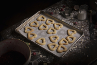 Valentine's Day baking, high angle view of a baking tray with heart shaped biscuits. 11093010166| 写真素材・ストックフォト・画像・イラスト素材|アマナイメージズ