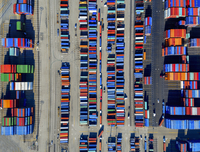 Aerial view of the container port at San Pedro in Los Angeles, with containers awaiting loading. A commercial freight dockyard. 11093013541| 写真素材・ストックフォト・画像・イラスト素材|アマナイメージズ