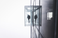 One person standing in a viewing box on the outside of a glass high-rise building. 11093014683| 写真素材・ストックフォト・画像・イラスト素材|アマナイメージズ