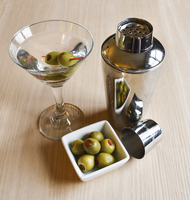 High angle view of cocktail glass with martini, cocktail shaker and green stuffed olives. 11093015163| 写真素材・ストックフォト・画像・イラスト素材|アマナイメージズ