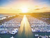 High angle view of yachts in a marina by the ocean at sunset. 11093015213| 写真素材・ストックフォト・画像・イラスト素材|アマナイメージズ