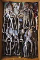 Overhead view of a box of old rusty worn metal shears, tin snips and pliers in a workshop. 11093015811| 写真素材・ストックフォト・画像・イラスト素材|アマナイメージズ