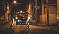 A man and a woman dancing together in front of a classic 1950s car in a street at night. 11093016182| 写真素材・ストックフォト・画像・イラスト素材|アマナイメージズ