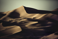 Sand dunes in wave shapes, formed by the action of wind and weather, in the desert. 11093016510| 写真素材・ストックフォト・画像・イラスト素材|アマナイメージズ