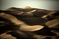 Desert landscape with sand dunes under a clear hazy sky. 11093016511| 写真素材・ストックフォト・画像・イラスト素材|アマナイメージズ
