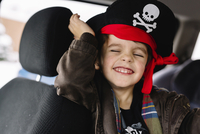 Smiling young boy wearing pirate hat sitting in a car. 11093017636| 写真素材・ストックフォト・画像・イラスト素材|アマナイメージズ