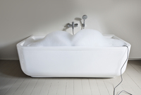 Bathtub filled with soapsuds in bathroom 11094008952| 写真素材・ストックフォト・画像・イラスト素材|アマナイメージズ