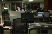 Businesswoman working late at computer in office 11096005989| 写真素材・ストックフォト・画像・イラスト素材|アマナイメージズ