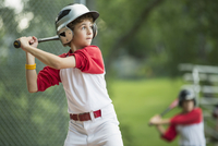 12 year old male batter waiting for pitch 11096019804| 写真素材・ストックフォト・画像・イラスト素材|アマナイメージズ