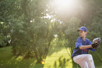 young male baseball pitcher winding up to throw 11096021252| 写真素材・ストックフォト・画像・イラスト素材|アマナイメージズ