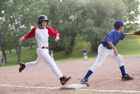 young baseball player running for first base 11096021881| 写真素材・ストックフォト・画像・イラスト素材|アマナイメージズ